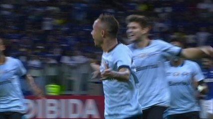 Gol do Grêmio! Após bola na trave, Everton marca e abre o placar no Mineirão aos 15' do 1º Tempo