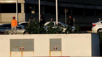 Torcedores protestam durante treino do Inter nesta quarta-feira (21)