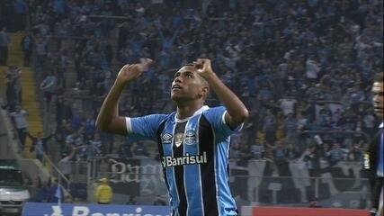 Gol do Grêmio! Pedro Rocha tabela com Luan e chuta para marcar, aos 9 do 1º tempo