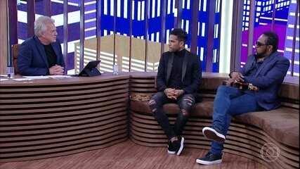 Pedro Bial mostra momentos emocionantes da carreira de Daniel Alves e jogador fala de racismo