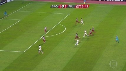 Lucas Fernandes chuta forte de longe para boa defesa de Júlio César, aos 26' do 2º tempo