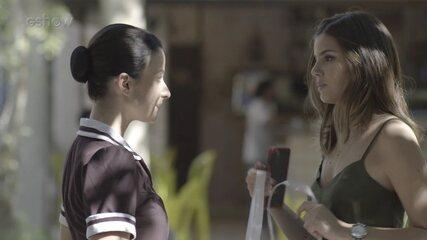 Resumo 'Pega Pega' 3/7: Luíza usa disfarce para entrar no hotel