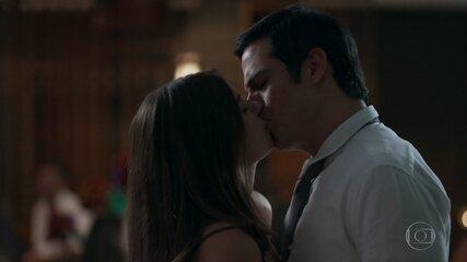 Eric e Luíza se beijam