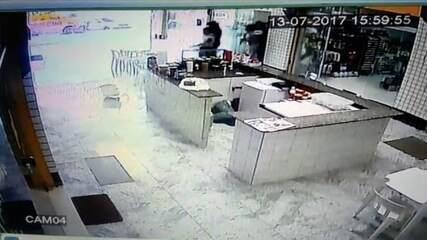 Vídeo mostra refém e bandido sendo baleados durante tentativa de assalto na Grande Natal