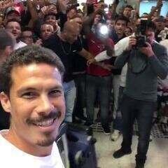 Hernanes filma festa da torcida do São Paulo em aeroporto