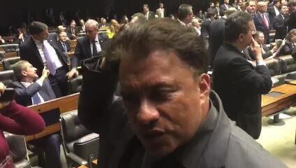 Deputado que tatuou nome de Temer dá entrevista após discurso