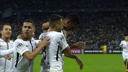 Gol do Corinthians! Jô aproveita bola de Maycon e abre o placar aos 30' do 1º Tempo