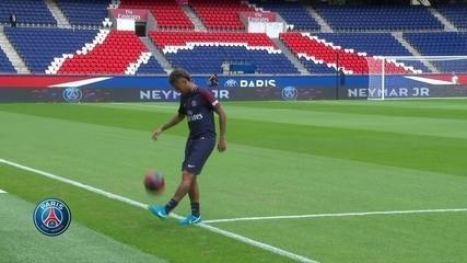 Neymar vai ao gramado do Parc des Princess com a camisa 10 do PSG