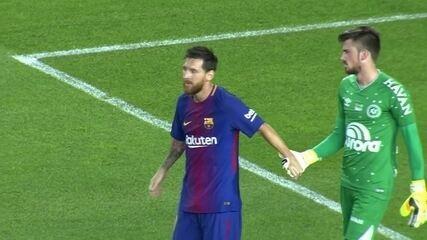 Herói improvável: Elias faz belas defesas e evita goleada maior do Barcelona