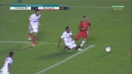 Pênalti? Rodolfo é derrubado na área do Vila Nova, mas árbitro marca falta fora aos 26