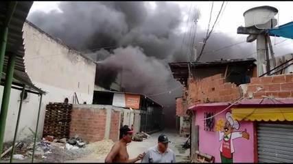 Incêndio atinge fábrica de tintas no Jacaré, na Zona Norte do Rio