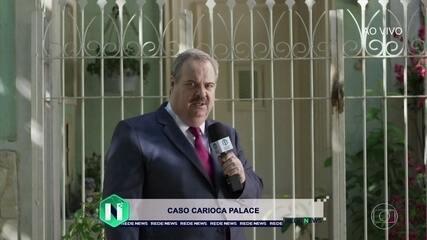 Gilberto Barros faz reportagem em frente à casa de Júlio