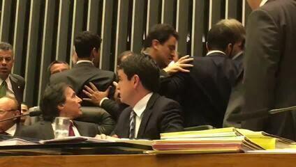 Sessão do Congresso é suspensa por 10 minutos após tumulto no plenário