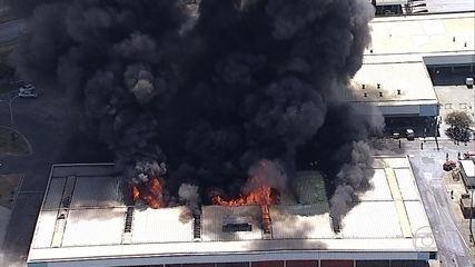 Incêndio de grandes proporções consome pavilhão da Ceasa Minas, em Contagem