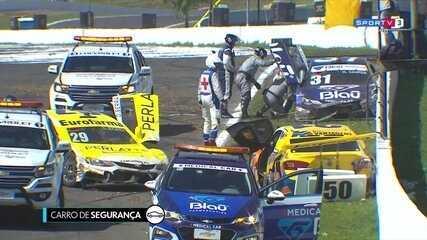 Thiago Camilo e Daniel Serra batem em largada da segunda corrida da Stock Car em Londrina
