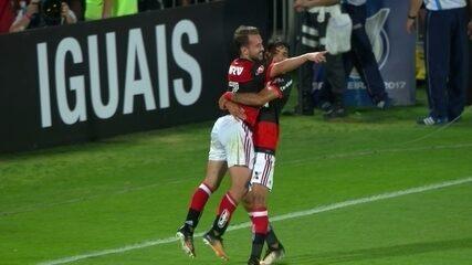 Gol do Flamengo! Berrío cruza, e Everton Ribeiro cabeceia pra marcar, aos 47' do 1º tempo