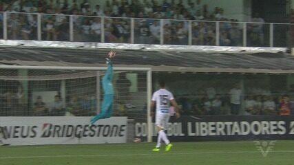Castillo cruzou para gol de Álvez contra o Santos