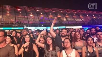 Público se manifesta durante show do Capital Inicial no Palco Mundo