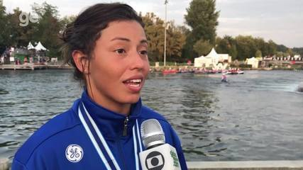 Ana Sátila comemora a medalha de bronze no Mundial de Slalom