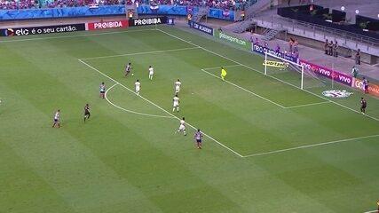 Na trave! Mendoza solta a canhota e balança o poste direito do goleiro, aos 09' do 2º Tempo