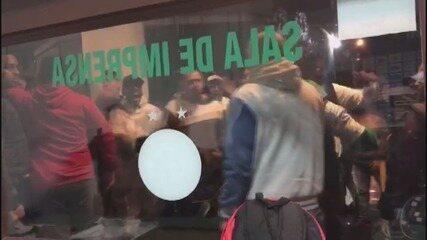 Torcida do Guarani protesta após empate em 0 a 0 contra o Criciúma no Brinco de Ouro