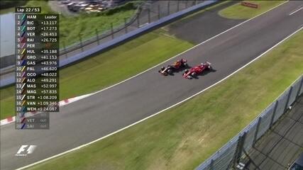 Vestappen para nos boxes e volta na frente de Kimi Raikkonen