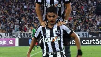 Gol do Botafogo! Após cobrança de falta, Carli desvia e Brebber empata, aos 20 do 2º tempo