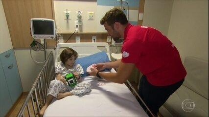 Atração do Raia Rápida, nadador Chuck faz mágica para crianças em hospitais