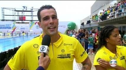 Atletas do Brasil comemoram a vitória no revezamento misto 4x50m no desafio Raia Rápida