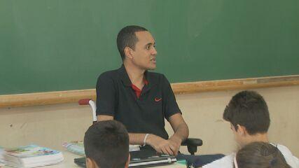 Professor cego e cadeirante de Rio Claro dá ensinamentos que vão além dos livros