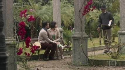 Edgar interrompe beijo de Vicente e Carolina