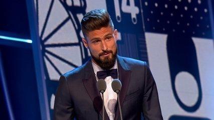 Giroud, do Arsenal, fatura prêmio Puskas de gol mais bonito da temporada