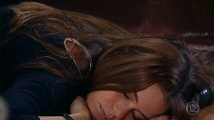 Para fechar a sequência de 'Senhora do Destino', Cláudia (Leandra Leal) ficou desacordada após cair pela escada
