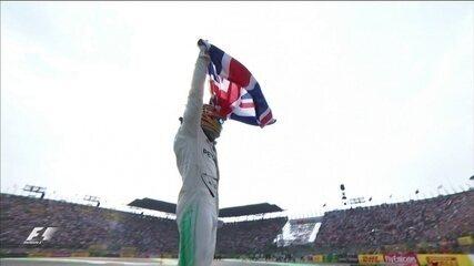 De bandeira nas mãos e com zerinho na pista Hamilton faz festa no México