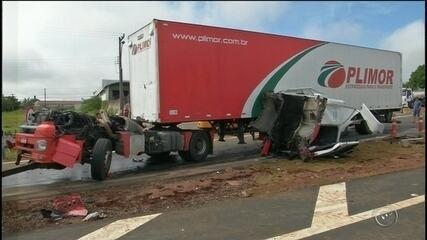 Motorista sai ileso após acidente arrancar cabine de caminhão em rodovia