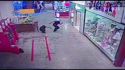 Vídeo mostra troca de tiros durante assalto em shopping de Ponta Grossa; assista