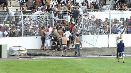 Torcedores da Ponte Preta invadem campo e jogadores correm para o vestiário