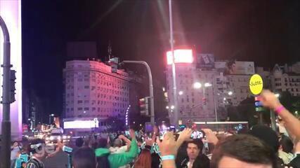 Torcedores do Grêmio vibram no Obelisco de Buenos Aires