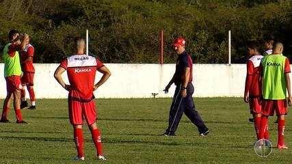 Técnico Leandro Campos esboça time titular durante treino do América-RN