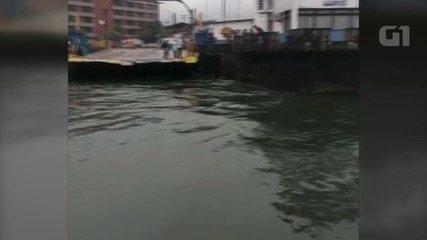 Motoqueiro foi resgatado após cair no mar tentando acessar balsa em Guarujá, SP