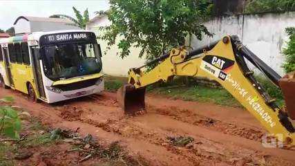Ônibus usa rota alternativa, atola e precisa ser guinchado em Rio Branco