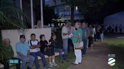 Contribuintes amanhecem em fila para pagamento de tributos com desconto maior em Campo Gra