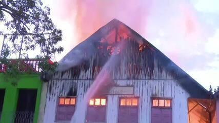 Incêndio atinge prédio na Gameleira, centro histórico de Rio Branco