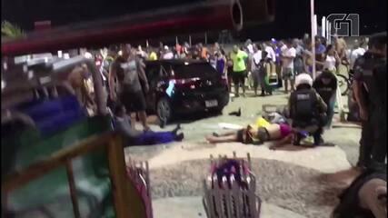 Movimentação na Praia de Copacabana momentos depois de um carro invadir o calçadão
