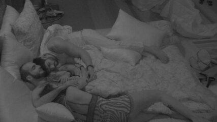 Lucas e Paula dormem abraçados a Mahmoud
