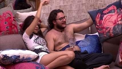Diego acha almofada de caranguejo e Ana Paula avisa: 'Olha a almofadinha do Kaysar'