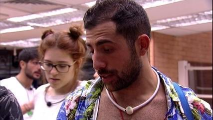 Kaysar ensina música para Jorge e na Clara