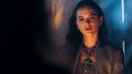 Catarina vai até a mandingueira e pergunta se casará com o Duque