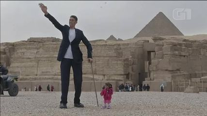 Homem mais alto do mundo e mulher mais baixa do mundo se encontram no Egito