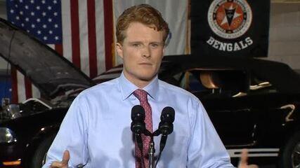 Joe Kennedy III aparece com lábios molhados e brilhando durante discurso